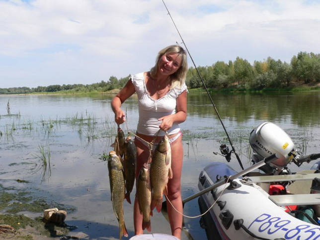 Симпатичная женщина с полным куканом рыбы